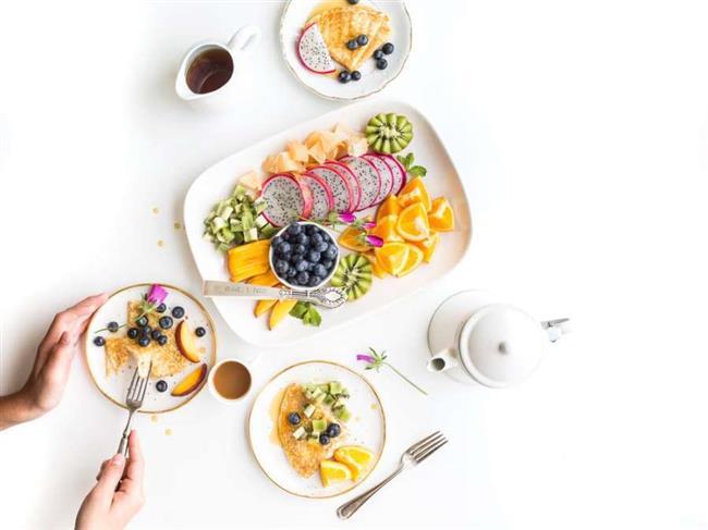 Düşük Kalorili Bir Diyet Uygulayın  Birçok diyet seçeneği ve teknikleri vardır, ama hepsinin aynı ilkeleri vardır. Kalori alımını azaltmak ve sağlıklı yiyeceklere hedeflemek. Aşağıdaki ipuçlarına dikkat ederek kollarınızdaki sarkmalar da dahil olmak üzere, tüm vücudunuzun her yerinden yağ kaybetmenizi sağlayabilirsiniz. • Yağlı yiyeceklerden kaçının. Yağlı veya kızarmış yiyecek, peynir ve hamburger gibi yağlı gıdalar sadece kilo aldırır. • Porsiyon boyutlarını küçültün ve tavuk veya hindi gibi etler yerine meyve ve sebze yiyin. • Her zaman kahvaltı yapın. Yapılan araştırmalar özellikle protein bakımından zengin olarak yapılan kahvaltının daha fazla kilo verdirdiğini göstermektedir. • Bol su içiniz. Günde en az 8 bardak su içme sizi daha az aç hissettirecek, metabolizmanızı destekleyecek ve yağ yakmanıza yardımcı olacaktır. • Spor için kullanılan beslenme barlarından sakının. Bu ürünler size enerji verebilir fakat içerik olarak sizi yağlandırıcı özelliktedir.