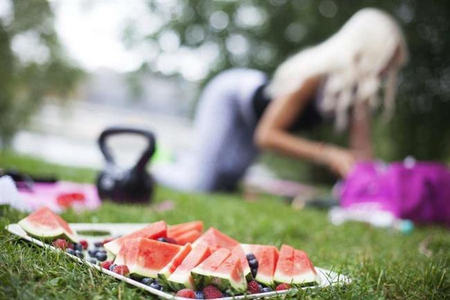 """Yağsız Kalmaya Özen Gösterin  Yukarıdaki tavsiyelerin dışında yağsız bir hayat tarzı sürdürmeniz gerektiğini unutmayınız. Kol sarkmalarını önlemek için aşağıdaki uyarılara dikkat edin; • Yağsız proteinler, yüksek lifli karbonhidrat ve sebzeler tüketmeye gayret edin. Atıştırmalıkları sınırlayın ve üç öğün yemeye özen gösterin. • Egzersiz yapmaya devam edin. Egzersizler sağlıklı kalmayı sürdürmek için çok önemlidir. Kendinizi bir spor salonu üye yapın veya her hafta bir kaç gün egzersizlerinizi yapabilmek için zaman ayırın.  <a href= http://mahmure.hurriyet.com.tr/foto/diyet-fitness/vucut-tipinize-gore-spor-yapin_40977 style=""""color:red; font:bold 11pt arial; text-decoration:none;""""  target=""""_blank""""> Vücut Tipinize Göre Spor Yapın!"""