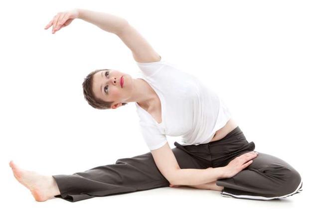 Bir Rutininiz Olsun  • Kendinize bir egzersiz programı kurunuz. Kollarınızdaki sarkmaları önlemek, kas tonusunu maksimize etmek için, kendinizin rahatlıkla ve doğru şekilde yapabileceği ve kola özel olan 3-4 farklı egzersiz türü seçin. Seçtiğiniz hareketlerin kolun farklı kaslarını çalıştırdığından emin olmalısınız ve her zaman aynı hareketleri yapmamalısınız. • Egzersizlerinizi 8-12 tekrarlar halinde 3-4 set şeklinde gerçekleştirmeyi hedefleyin. Kollarınızdaki kasların geliştiğini fark ettiğinizde set yada tekrarları artırabilirsiniz. • Yapacağınız egzersizler, kollarınızda ne kadar kas ekleyip eklemek isteyeceğinize göre değişebilir. Kaslarınızı geliştirmeden basit tonlama için fazla tekrar, hafif ağırlıklar ile yapılmalıdır. Kas kütlesini artırmak için, giderek daha ağır ağırlıklar kullanarak daha az tekrarlar yapmak hedeflemelidir.