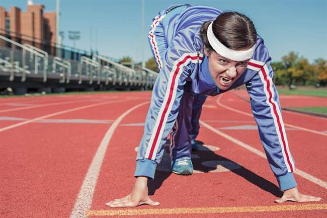 Şınav Çekme Egzersizi  • Şınav çekmek kol sarkmalarını önleyen ve basite indirgenmemesi gereken bir egzersizdir. Basit ve kolların çalışmasını sağlayan önemli egzersizlerden biridir. Şınav çekmek vücutta kollardaki triseps kaslarını hedef alsa da pektoral (göğüs kasları), karın, quads (üst bacak kasları) ve alt sırt kaslarını da güçlendirmektedir. • Bunun için sert bir zemine yatın, bacaklarınızı bir arada tutun, ayak parmaklarınızı ve topuklarınızı birleştirin. Avuç içleriniz zeminde ve bir omuz genişliğinde olsun. • Sadece kollarınızdaki gücü kullanarak kollarınız tamamen gerilene kadar kendinizi yukarı doğru itin. Bu süreçte vücudunuz baştan ayaklara kadar dümdüz olmalı. • Dirsekleriniz 90 derece açı oluşturacak şekilde yavaşça yere doğru vücudunuzu indirin. Aşağı gittiğinizde nefes alın. Yavaş yavaş yukarı doğru kalkarken pozisyonunuzu koruyun ve nefes verin. Böylece bir tekrar tamamlanmış olmaktadır. • Şınav hareketi çeşitli şekillerde yapılabilir. Eğer hafif bir şınav istiyorsanız dizleriniz yerde başlayabilir yada daha zorlu bir şınav çekmek istiyorsanız baş parmak ve işaret parmaklarınız ile üçgen oluşturarak şınav çekebilirsiniz.