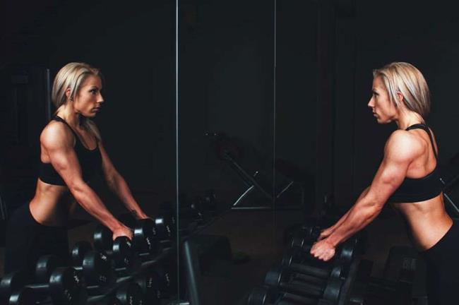 Bicep Curls Egzersizi  Kol sarkmalarının önlenmesi, kol gücünün oluşturulması, kol görünümünün iyileştirilmesi ve dayanıklılığı artırmaya yardımcı olan temel hareketlerden biridir. Hareket 3 pazı kasının geliştirmeyi hedef alır. İhtiyacınız olan şey bir dambıl (5-15 kg değişen ağırlıklarda). • Her elinizde bir dambıl tutun ve ayaklarınızı kalça genişliğinde açın. • Kollarınızı avuç içi öne bakacak şekilde, yan tarafınızda tutun yada salın. • Dirseklerinizi kalça kemikleri üzeri hizasında tutmak koşulu ile ağırlıkları yavaş yavaş göğsünüze kadar kaldırınız. • Yavaşça ağırlıkları başlama pozisyonuna doğru indirin. Her zaman iyi bir duruş sağlamak için bir çaba harcayın ve dirseklerinizi sabit tutmayı unutmayın. Eğer spor salonuna gidiyorsanız bu hareketleri daha düzenli olarak makineler ile yapabilirsiniz.