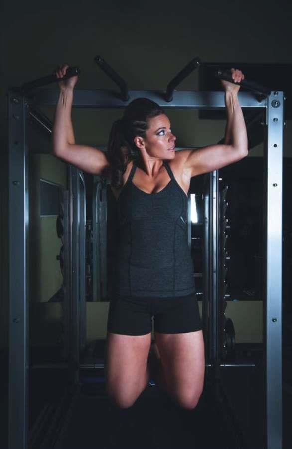 Pull Ups ya da Barfiks Egzersizi  Çok etkili ve bir o kadar zor olabilen bu hareket sırt, göğüs, omuzlar ve karın kasları da dahil olmak üzere kolların da hedef alındığı kol sarkmalarını önleyen önemli bir egzersizdir. İhtiyacınız olan şey duvara monte edilmiş bir bar yada portatif barlar. Spor salonuna gidiliyorsa aynı hareketi yapabileceğiniz ve ağırlığı ayarlayabileceğiniz makineler ile çalışabilirsiniz. • Elleriniz ile barfiks çekeceğiniz barı omuzdan biraz daha fazla genişlikte kavrayınız. Daha vücudunuzu asılı tutun. • Tutmuş olduğunuz barı kullanarak vücudunuzu yukarıya doğru çenenizin biraz üstüne kadar çekin. Eğer yapabilirseniz, 1-2 saniye kendinizi tutun. • Tekrar kendinizi aşağı indirin ama kaslarınızı meşgul tutacak şekilde olsun. Tamamen kendinizi salmayın. Daha sonra aynı hareketi tekrar edin.