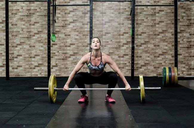 Bench Press Egzersizi  Göğüse yapılan baskıyı temel alan bir egzersizdir. Üst vücut gücünü arttırmak için tasarlanmış olan egzersiz triceps kaslarının yanı sıra göğüs ve omuz kaslarını da hedef alır. Bench press yapmak için, bir halter ve bir egzersiz tezgahı gereklidir. • Kaldırabileceğiniz kadar ağırlığı bara takarak, barı tezgaha yerleştirin. Ağırlığı 8 tekrar yapabilecek kadar hafif seçmelisiniz. Yeni başlayanlar için, ek ağırlığa gerek duymaksızın sadece bar kullanımı yeterli olabilir. • Zemin üzerinde ve tezgah üzerine uzanarak barı omuz hizası yada biraz genişçe tutun, kavrayın. Çoğu vücut geliştirici geniş tutulmasını önermektedir ama triceps yapmak için omuz aralığı genişliğinde tutulması önerilmektedir. • Karın kaslarınızı çalıştırın ve yavaş yavaş barı kaldırıp yerinden çıkarın, bar ve ağırlığı yukarı doğru kaldırın. • Yavaşça dirseklerinizi bükerek barı göğsünüze doğru aşağıya indirin. Daha sonra aynı doğrultuda kaldırın. Barı indirirken nefes alın, barı kaldırırken ise nefes verin. Çok ağır girileceği durumlar yanınızda bir gözcü bulundurarak olası yaralanmaların önüne geçmeyi ihmal etmeyiniz. Bu gözcü barı tekrar yerine koymak size yardım için gerekli olabilir.