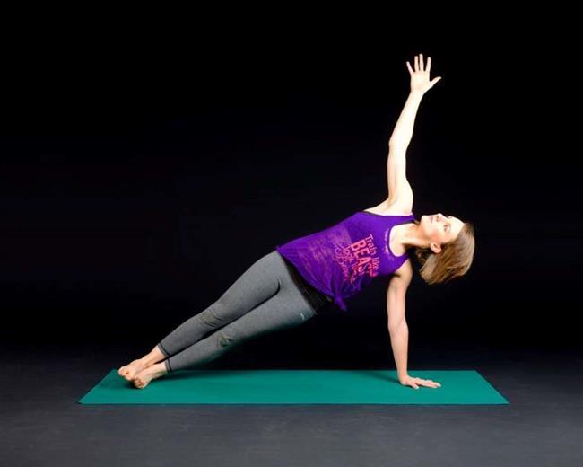 Side Plank Reverse Fly  Bu hareket genel üst vücut gücü oluşturmak için büyük bir egzersizdir. Bu özellikle kolları hedef almamasına rağmen, diğer kol egzersizlerini yapmak için gerekli gücü oluşturmanıza yardımcı olacaktır. • Zemin üzerinde yan olarak uzanın ve eliniz ve dirseğiniz yerde olsun, kendinizi destekleyin. • Ayaklarınızı üst üste yerleştiriniz. Vücudunuzu resimde görüldüğü yaparak kalçanızı yerden kaldırın. • Elinizi omuz doğrultusunda tutarak, bir dambıl alın ve dambıl tutmadığınız kolunuz hizasında düz yukarı doğru kolunuzu uzatın. Kolunuz vücudunuza dik olana kadar kaldırın. Daha sonra başlangıç pozisyonuna geri dönün.