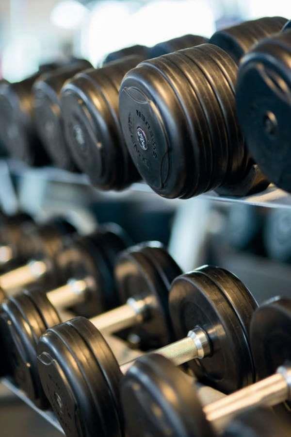 Omuz Pres Egzersizi  Öncelikle omuz güçlendirilmesi için kullanılan egzersiz aynı zamanda pazı ve trisepsin de dahil olduğu genel kol çalışma egzersizidir. • Bir her elinize dambıl alın, sırtınızı düz bir yere yaslayarak düz bir duruş sergileyin yada ayakta pozisyona başlayın. • Omuz seviyesinde ağırlıkları tutarak ağırlıkları yavaşça başınızın üstünde düz olana kadar kaldırın. • Bir iki saniye için başınızın üstünde halter tutun. Sonra yavaş yavaş tekrar başlangıç pozisyonuna geri dönün. Ayrıca bu egzersiz için tasarlanmış özelleşmiş makineler bulunmaktadır. Bu makineler ile de bu egzersizi yapabilirsiniz.