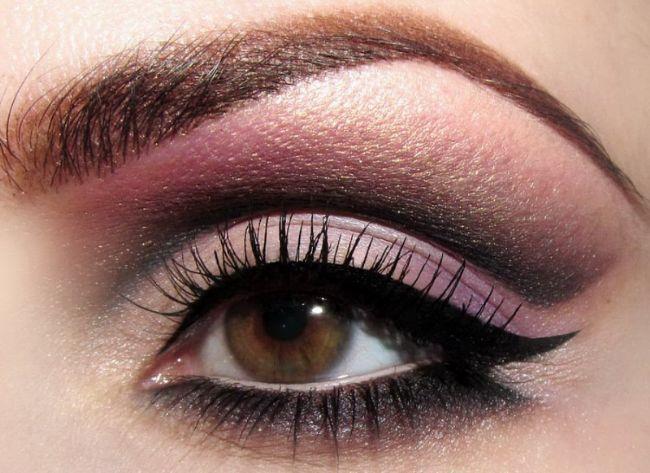 Dramatik bir görüntü için ise kuyruklu bir eyeliner tercih edebilir takma kirpikler ile göz makyajınızı tamamlayabilirsiniz.
