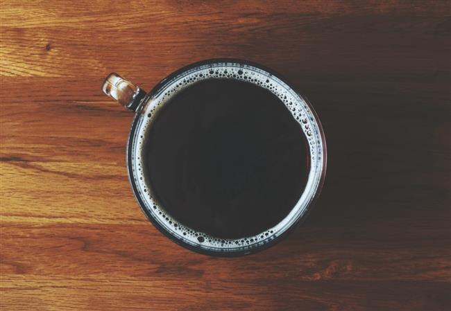 Sağlıklı bir yetişkin için günlük kafein üst limiti 400500 mg olarak öngörülmüştür. Ergenlik çağındakilere ise 100 mg'dan fazlası önerilmez. Çocuklar için üst limiti daha da düşük olan kafein, aşağıda açıklayacağımız üzere gebe ve emziren kadınlara tavsiye edilmemektedir. Günlük kafein tüketiminizi ölçmek çok kolay değil çünkü çaydaki kafein miktarı çayın türüne ve ne kadar koyu demlendiğine göre bayağı bir fark edebiliyor. Öyle ki bir çay bardağı demleme veya sallama siyah çay, 5 ila 35 mg kafein içerebiliyor. Bu durumda içtiğiniz çayın miktarı ve özelliklerine göre tahmin yürütmek size kalıyor.  Çok çay içmeyen ve kafeine alışkın olmayan kişilerde anlattığımız yan etkiler daha kolay ortaya çıkabiliyor. Böyle hassas kişiler aniden çok fazla çay içmekten kaçınmayı tercih edebilir. Çaya alışmış tiryakiler için ise başka bir problem var: Kafeine bağımlılık.