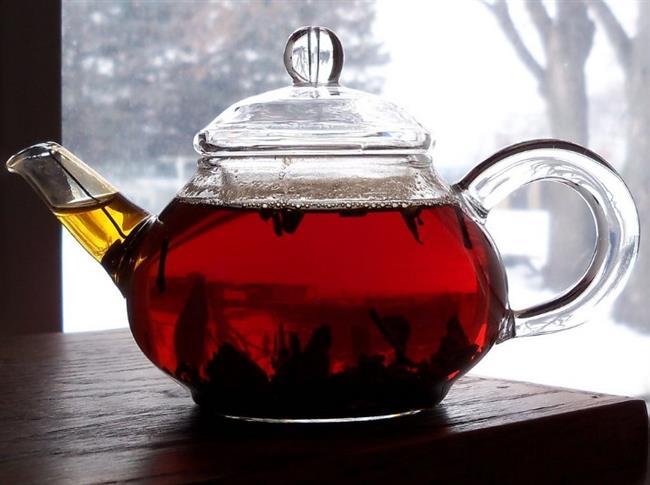 Çok Sıcak Çay Kanser Yapabilir  Ne yazık ki millet olarak çayı yakıcı derecede sıcak içmek gibi bir alışkanlığımız var. Oysa Dünya Sağlık Örgütü'nün 2016 yılında yaptırdığı bir araştırmaya göre 65 C üzeri sıcaklıklarda içilen içecekler ağız, gırtlak ve yemek borusunda kanser riskini yükseltiyor. Aslında siyah çayın kendisi kanserojen değil. Hatta çeşitli kanser türlerinin gelişmesine engel olabilen faydalı bir içecek. Sorun çayın kaynar derecede sıcak olarak yemek borusuna girmesi burada yanıklara sebep olması. Devamlı olarak aynı yerdeki hücreler kaynar suyla tahrip edildikçe bu hücrelerin DNA'ları tabi ki bozulmaya başlıyor ve zamanla kanser hücreleri ortaya çıkıyor. Bu riski ortada kaldırmak ise gayet basit. Tek yapmanız gereken çayı ılık içmek.   Aşırı Şeker Tüketimi   Eğer çayı bol şekerli içmeyi seviyorsanız gizli bir tehlike ile karşı karşıya olabilirsiniz. Bir çay kaşığı yaklaşık 5 gram şeker içeriyor ve bu şeker çayda çözünerek vücudunuzda hızla kana karışıyor. Böylece kan şekeriniz yükseliyor. Her bardak çaya birkaç şeker atarak içtiğinizi ve bunu günde pek çok kez yaptığınızı düşünün. Bu durumda gün boyunca defalarca kan şekerinizi yükseltmekle kalmayıp gereksiz bir sürü kaloriyi de almış olursunuz. Fazla şeker ise hem insülin direnci yaratarak şeker hastalığı riskini artırır hem de vücudunuz tarafından yağa dönüştürülerek depolanır ve istenmeyen kilolara doğru küçük ama kararlı bir adım teşlik eder.