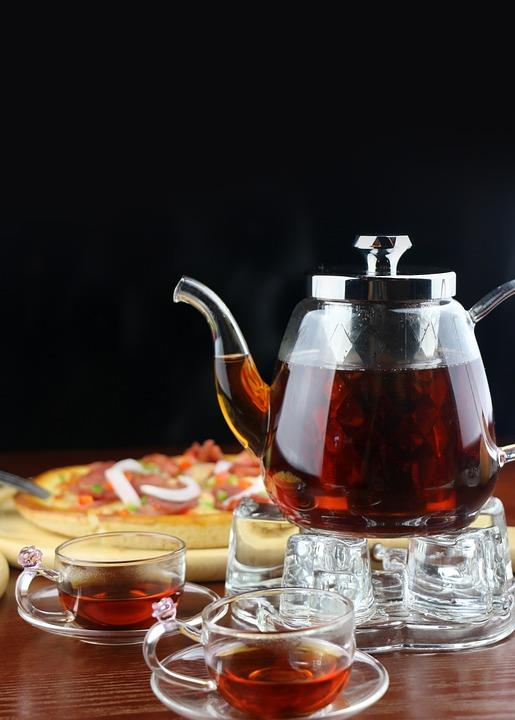 Sonuç: Çay İçin Ama Bunları da Bilin  İster yeşil ister siyah olsun, çay dünyada ve Türkiye'de çok sevilen ve birçok faydaları da olan bir içecek ama çok aşırı miktarda içildiğinde ve çok şeker koymak veya çok sıcak içmek bir sebeplerle tıpkı yeşil çayın zararları gibi siyah çayın da zararları olabiliyor. Hamileler, emzirenler ve çocuklar için de çok iyi bir içecek olmayabiliyor zaman zaman. Bu yüzden yukarıda anlattıklarımızı dikkate alarak ve çayı tanıyıp ne olduğunu bilerek tüketmek hem çay içmekten daha çok keyif almanızı hem de çayın faydasını gerçekten görmeyi mümkün kılacaktır.