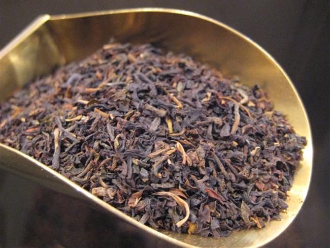 Çay Kansızlık Yapar mı?  Çaydaki bulunan kafein ile tanik asit, bağırsaklara ulaştığında yiyeceklerde bulunan demir mineralinin emilmesini yavaşlatıcı bir etki yapar. Bu yüzden yemek yiyip de üstüne bir bardak koyu siyah çay içtiğinizde yediklerinizdeki demir mineralini tam olarak sindiremiyorsunuz ve demir sindirim sisteminizden geçip boşa gidiyor. Bildiğiniz gibi demir kana rengini veren kırmızı hemoglobin molekülü için gerekli element. Demir eksikliği olunca kansızlık ortaya çıkıyor. Bununla birlikte doğrudan çay içmeye bağlı bir demir eksikliği ve kansızlık çok sık görülen bir şey değil. Ancak sürekli çay içmek, zaten kansızlıktan muzdarip kişilerin durumunu kötüleştirebilir. Bir de kansızlığa daha meyilli insanların bu konuda dikkatli olması lazım, mesela kadınlar… Demir eksikliği ve kansızlık daha ziyade kadınlar için bir problem çünkü kadınların demir ihtiyacı erkeklerin iki katı. Bu yüzden kadınlar için aşırı siyah çay tüketmek iyi bir fikir olmayabilir. Çayın bu olası zararı bazı basit önlemler ile ortadan kaldırılabiliyor. Öncelikle çayı yemekle birlikte, yemekten hemen önce veya hemen sonra içmeyin. Böylelikle demir minerali emilirken sindirim sisteminizde kafein ve tanen bulunmayacaktır. Çaya limon sıkmak ise bir başka sağlıklı tedbir. Limondaki C vitamini demir emilimini artırıp çayın kötü etkisini telafi edebiliyor. Son olarak demir mineralini kırmızı et gibi hayvan ürünlerinden almayı deneyebilirsiniz. Zira çay sadece bitkilerden alınan demire tesir ediyor ve etteki demir farklı olduğu için çay onun emilimini engellemiyor.