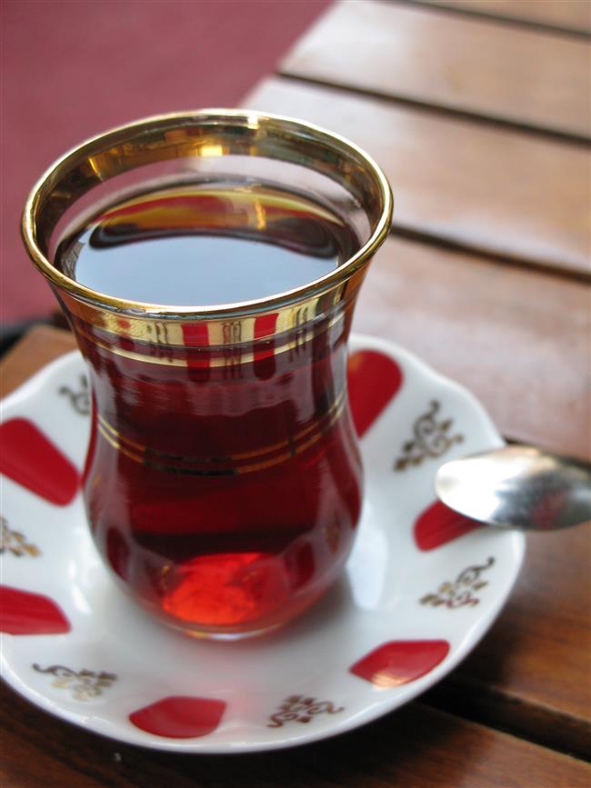 Çay Dişleri Sarartır mı?  Çay, aslında bakteri düşmanı bir içecek olduğu için ağız ve diş sağlığı açısından çeşitli faydalar sağlıyor ama çay dişleri sarartırmı, sorusunun cevabı ne yazık ki, evet! Siyah çayda bol miktarda bulunan tanen yada tannik asit olarak bilinen koyu renkli maddeler dişlere kolayca yapışıyor ve çıkmak bilmiyor. İçtiğiniz çay ne kadar koyu renkliyse o kadar çok tanen maddesine maruz kalıyorsunuz ve uzun vadede dişleriniz daha sarı hale geliyor. Sarı dişlerin sağlığa zarar verecek bir duruma yol açtığına dair bir bilgimiz yok ama görüntü açısından bir problem yaratabilir. Çayın diş sarartıcı etkisini azaltmanın veya ortadan kaldırmanın birkaç yolu var. İlk olarak az demli çay içebilirsiniz. Koyu renkli olan kaçak çay ve ithal çaylardan uzak durmak ve Türk çayını tercih etmek de faydalı olabilir. Yeşil çay bir başka seçenek olabilir çünkü aynı bitkiden üretilen yeşil çay renksiz veya açık renkli tanenler içerir ve bunlar daha az leke yapar. Bir başka tedbir ise çay içtikten hemen sonra ağzınızı çalkalamak veya diş fırçalamak. Böylece renkli maddeler dişinize yapışıp kalmadan ortadan kaldırılmış olur