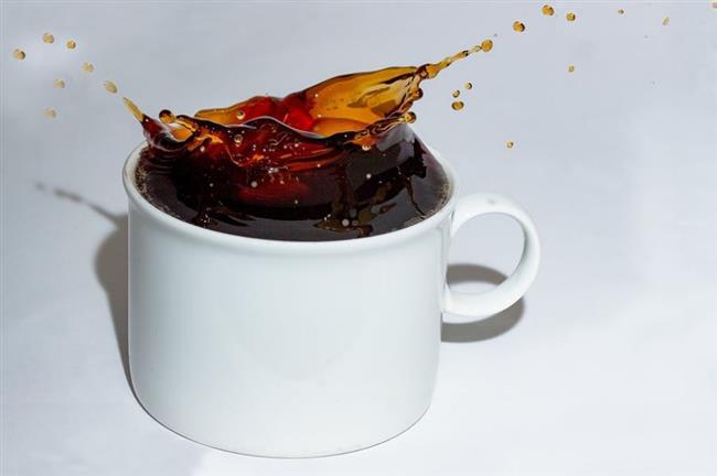 Aç Karnına Çay İçmek Mide Bulandırabilir  Çayda tanik asit diye aslında birçok faydası olan bir madde bulunur. Ancak asit yapısı nedeniyle tanik asit boş mideyi rahatsız ederek mide bulantısına yol açabilir. Bu yüzden bir öğünden hemen önce yada sabah kalktıktan hemen sonra hiçbir şey yemeden çay içmek mide bulantısı ile sonuçlanabilir ve pek önerilmez.  Aç karnına içilen çayın bir başka zararı ise çaydaki kafeinin boş mideyi hemen geçip çok hızlı bir şekilde kana karışması. Uyarıcı bu maddenin ani etkisini, açlık sebebiyle vücudun zayıf düşmesiyle birleşince sersemlik, fevrilik ve baş dönmesi gibi yan etkiler ortaya çıkabilir. Kafeinin yan etkileri aç karnına içmediğiniz zaman da kendini gösterebilmektedir.