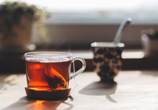 """Kafein  Kafein dünya çapında en yaygın şekilde kullanılan uyarıcı maddedir ve çoğunlukla içecekler yoluyla vücuda alınmaktadır. Çay, yeşil çay , mate, kahve, kakao ve çikolatada doğal olarak kafein bulunur. Kola ve enerji içeceklerine ise katkı olarak eklenmektedir. Kafein, beyne etki ederek uyku ve yorgunluk hissini azaltır, konsantrasyon ve algı seviyesini yükseltir. Kalp atışını hızlandırarak kan basıncını yükselten kafein aynı zamanda kasları uyarır ve daha enerjik olmanızı sağlar. Kafein, normal miktarda alındığında zararı yoktur ama yüksek dozlarda bazı yan etkiler ortaya çıkabilmektedir. Kafeinin yan etkileri arasında yüksek tansiyon, çarpıntı, ürperme, titreme, gerginlik, endişe, stres, hararet vs. sayılabilir. Bu yüzden özellikle akşam saatlerinde çok çay içmek bazı kişilerde uykuyu kaçırabilmektedir.  <a href=  http://mahmure.hurriyet.com.tr/foto/diyet-fitness/kilo-vermeye-yardimci-10-cay_40483   style=""""color:red; font:bold 11pt arial; text-decoration:none;""""  target=""""_blank"""">  Kilo Vermeye Yardımcı 10 Çay"""