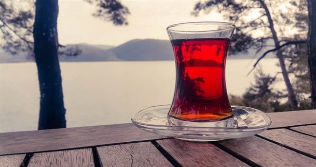 Kafein Bağımlılığı  Kafein beyinde yorgunluk hissine yol açan adenozin adlı bir molekülü engelleyerek zihninizin yorgunken bile verimli çalışmasını sağlar. Ancak sürekli kafein alan beyin zamanla bağımlı olur ve konstantre olup işinizle gücünüzle uğraşacak kuvveti bulabilmek için çaya muhtaç hale gelirsiniz. Çay tiryakilerinin çay içmeden duramamasının sebebi işte bu kafein bağımlılığıdır. Kafein bağımlısı kişiler aniden çay içmeyi bıraktığı zaman aşırı yorgunluk, konsantrasyon güçlüğü, sinir bozukluğu gibi sıkıntılar kendini gösterir.  Üstelik kafein bağımlısı kişilerde kafeinin etkisi de azalmıştır ve aynı uyarıcı etkiyi görmek için devamlı daha çok çay veya kahve gerekir. Neyse ki kafein bağımlılığı öteki bağımlılıklar gibi tehlikeli bir durum değil. Bir yada iki hafta kafein içeren içecekler tüketmediğinizde beyin normale dönüyor.