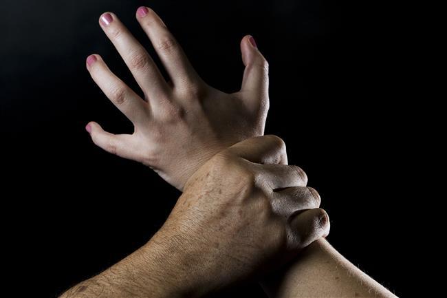 """3-Aile içi şiddet erkeklerden soğutuyor  Babalarının uyguladığı sözlü ya da fiziki şiddetin yanı sıra dayak yiyen ve kızını baba dayağından koruyamayan annelerin zayıflıkları da kadınları olumsuz yönde etkiliyor. Kadınlar şiddet uygulayan baba nedeniyle erkeklere güven duymuyor.    <a href=  http://mahmure.hurriyet.com.tr/foto/ask-iliskiler/en-cok-gorulen-5-cinsel-sorun_41028  style=""""color:red; font:bold 11pt arial; text-decoration:none;""""  target=""""_blank"""">  En Çok Görülen 5 Cinsel Sorun!"""