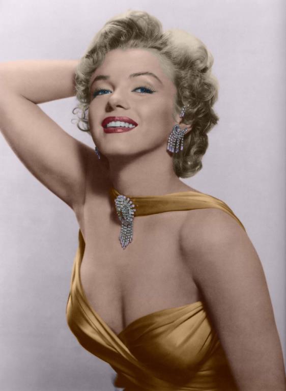 Marilyn Monroe, aramızdan erken yaşta ayrılmış olsa da arkasında büyük bir güzellik ve stil mirası bıraktı!  Sizler için bu unutulmaz güzelin güzellik ve makyaj sırlarını inceledik. Bu tüyolara kulak vererek Marilyn Monroe gibi muhteşem bir etkiye ve unutulmaz güzelliğe sahip olabilirsiniz…