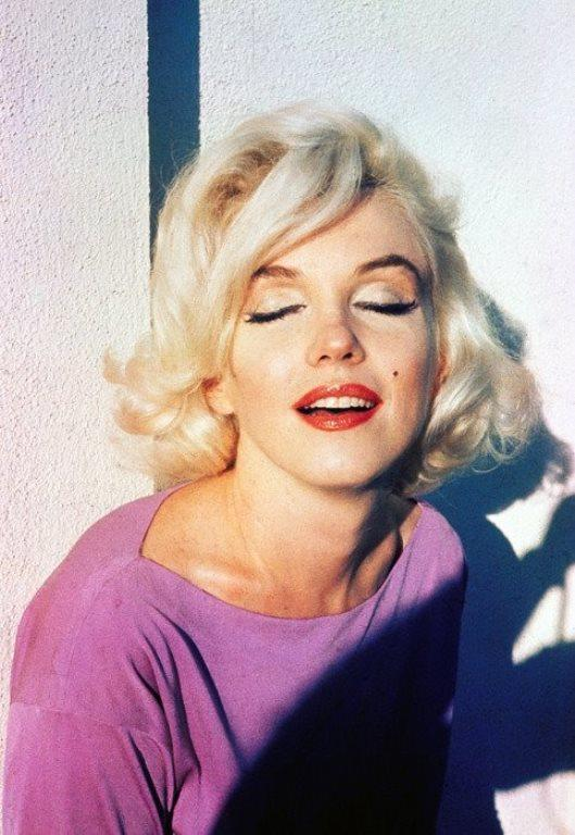 Marilyn Monroe hakkında yazılanlara göre, güzel yıldız o dönemde cildinin ışıltılı bir görünüme sahip olması için hormonlu bir güzellik kremi kullanıyormuş.