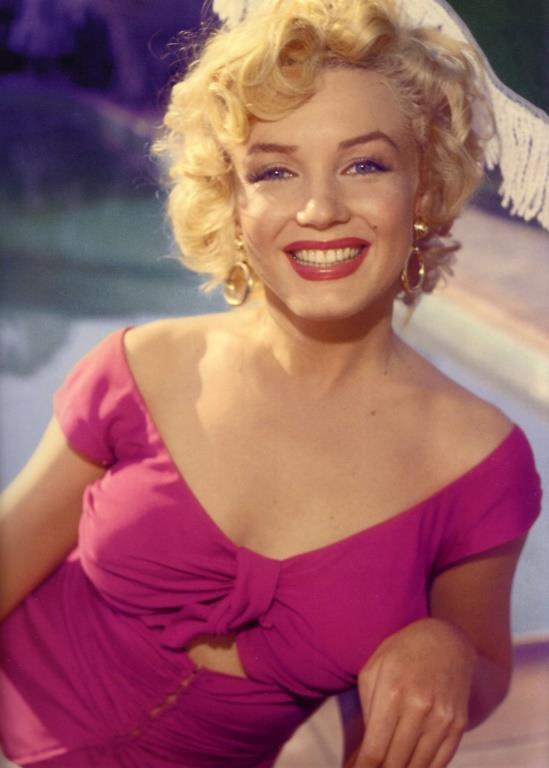 Marilyn Monroe denilince aklımıza gelen ilk şeylerden biri tabii ki kırmızı ruju! Monroe'nun tüm fotoğraflarında dudağında kırmızı ruj olduğunu görebilirsiniz.