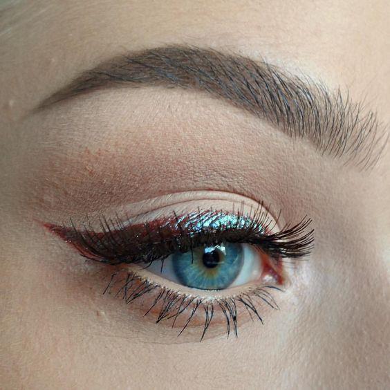 Eyeliner  Temiz eyeliner fırçanızı ıslatın ve kullanmak istediğiniz renkteki pigmente sürün. Pigmentli eyeliner fırçasını mümkün olduğu kadar kirpik tiplerinize yakın bir şekilde sürerek göz kapağınıza eyeliner olarak uygulayın. Gözlerinize dramatik bir etki vermek için koyu renkte pigmenti alt kirpik çizginize uygulayabilirsiniz.