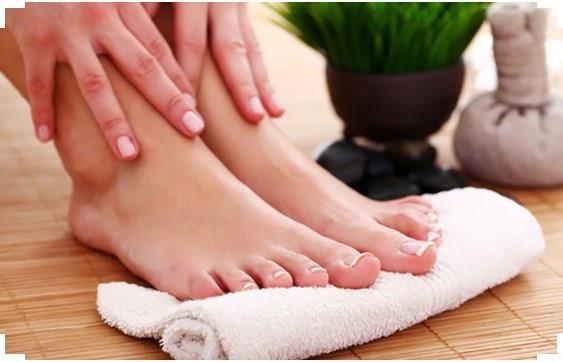 Çatlaklar ile birlikte ayaklarda sertleşme ve kırışma da görülür. Türk kahvesinin telvesi ile ayaklarınızı yumuşacık hale getirebilirsiniz.