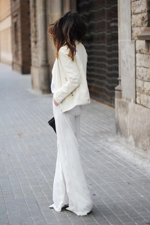 Beyaz Bol Paça Pantolon     Bol paçalı pantolonu doğru kombinasyonla mükemmele taşıyabilirsiniz. Bol paçanın altına giydiğin ayakkabı mümkünse gözükmemeli. Üstüne giydiğin bluzun etekleri pantolonun içinde olmalı. Böylece daha uzun bacak boyu otomatikman daha uzun görünmek mümkün olabilir.
