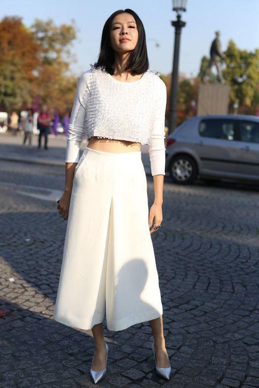 Beyaz Etek Pantolon     2017 yılı pantolon kategorisinde en iyi çıkış yapan model; etek pantolonlar… Etek pantolonun letafet dolu havası beyazın asaletiyle birleşince ortaya muazzam giyilesi bir parça çıktı. Farklı kumaş modelleri tercih edebilirsiniz.