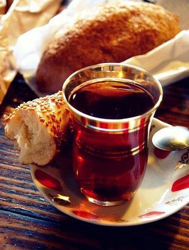 Günde üç fincan çay, kardiyovasküler hastalıklarda ölüm oranını ve kalp krizi geçirme riskini %10-12 azaltıyor. Düzenli çay içenlerin kan yağlarında azalma oluyor.