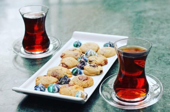 Çay temiz su ile yapılmalıdır. Klorlu suyla çay iyi olmaz. Porselen demlik tercih edilmelidir. Madeni ve alüminyum demlikte iyi çay demlenmesi zordur.