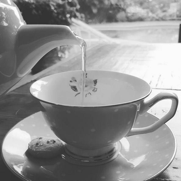 Peki çay nasıl servis yapılmalı? Benimsediğimiz yöntemin tam aksine, bardağa önce kaynamış su koymalısınız.