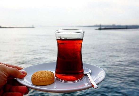 Çayınızı mümkünse şekersiz için. Çaya doğrudan katılan şeker çaydaki kimi faydalı maddeleri yok ediyor.