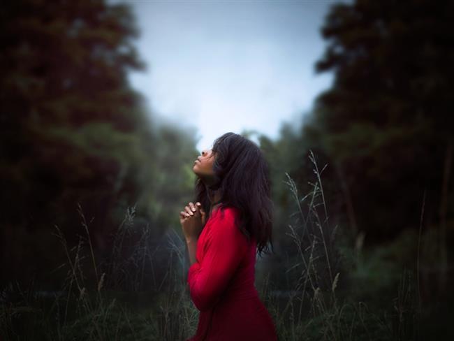 Kova  Kova burcu insanları, duygularına kapılmayı çok sevmeyenler kafilesinden oldukları için merhamet ve vicdan duygularını öne çıkarmasalar da yardımcı olarak adı geçenlerdendir. Yardım edilecek birisi varsa koşarlar, duygularını da işte o zaman açık ederler. Merhametleri ortaya çıkar, ellerinden geleni yaparlar. Merhametin hayatta neler verebileceğini iyi bilirler, karşı duruşu, işte böyle konularda göstermezler ve uysallaşma taraftarıdırlar.
