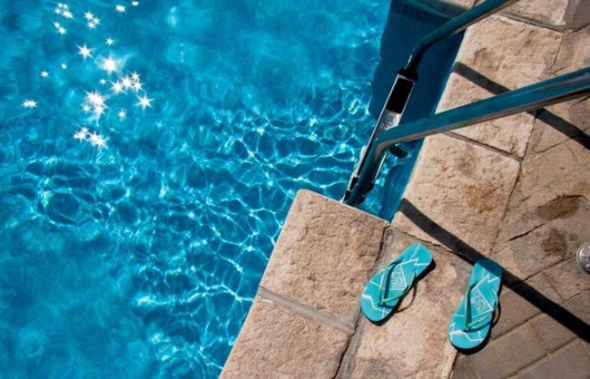 Parmak Arası Terlikler   Plaj için sık kullanılan bir aksesuardır fakat yeteri kadar güvenli değildir. Bu tür terlikler, ayaklarda kolaylıkla enfekte olabilecek sıyrıklara neden olabilir. Dahası, çok düz olan parmak arası terlikler, ağırlığınızı topuklarınıza daha fazla vererek sırt ağrısına neden olur.