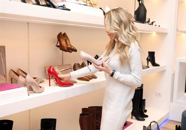 Yüksek Topuklu Ayakkabılar   Araştırmalar, kadınların erkeklerden dört kat daha fazla ayak problemi yaşadığı sonucuna vardı. Eklem ağrısı, ayak bileği burkulmaları, sinir hasarı bunlardan sadece birkaçı. Bu sorunlardan herhangi birine sahipseniz, sorumlusu severek giydiğiniz yüksek topuklu ayakkabılar. Özellikle uzun mesafeli bir yürüyüşe çıkmayı planlıyorsanız, ayaklarınız için daha rahat tercihler yapmalısınız.
