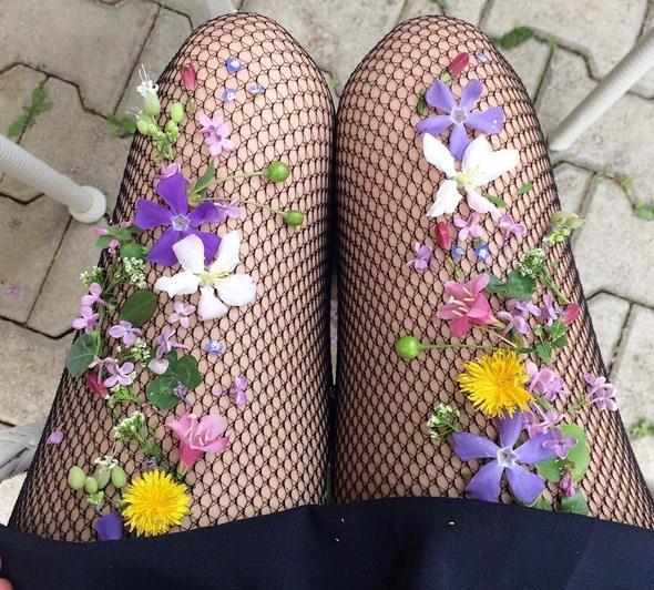 Çorap tarzınızı baştan aşağı değiştirecek olan çiçekli çoraplar son dönemin en beğenilen modalarında bir tanesi. Çorapların üzerine yerleştirilmiş olan süs çiçekleri çorapları harika bir görüntü sağlıyor. New York'ta yaşayan Lirika Matoshi adındaki bir sanatçı tarafından tasarlanan çoraplar Amerika'da hızla yayılmaya başladı.  İşte karşınızda çiçekli çorapların birbirinden harika görüntüsü.