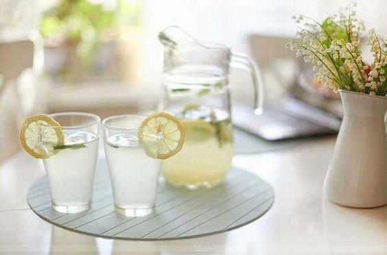 Limonla Alkali Su Hazırlama: Limon her ne kadar asitli bir meyve olsa da ve asit dengelemek için hazırlanacak alkali suyun içeriğinde asitli bir maddenin kullanılması çelişkili gözükebilir; ancak limon anyoniktir. (eksi elektrik yüklü)  Bu da eksi yüklü iyon oluşturduğu ve sindirildikçe alkali su haline geldiğidir.