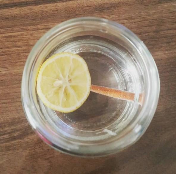 Alkali Su Nasıl İçilir?  Alkali suyu yemeklerden yarım saat evvel ve yemekten 1 saat sonra içmek en doğrusu. Yemek sırasında içmemek kaydıyla gün içinde yaklaşık 2.5-3 litrelik alkali suyu yavaş yavaş tüketmekte fayda var.