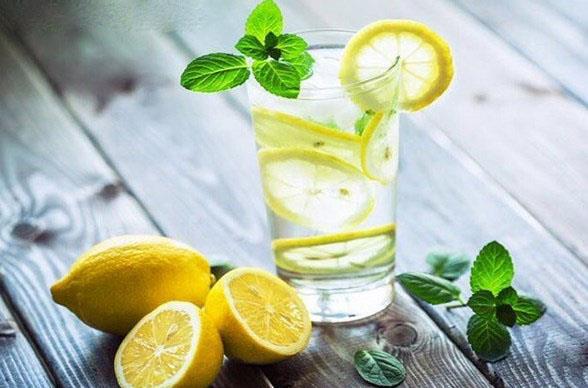 Alkali su her gün taze hazırlanmalı ve o gün içinde hepsi tüketilmelidir. Ne çok sıcak, ne çok soğuk, normal oda ısısında tüketilecek alkali suyun faydası kısa süre içinde hissedilebilir.
