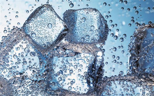 Buz maskesi, hem etkileri hem de uygulama kolaylığı bakımından etkili cilt maskeleri sıralamasında kesinlikle birinciliği hak ediyor.  Suyun canlılık kazandırma özelliğine sahip olan buz maskesinin sonuçları çok kısa sürede gözlemleniyor. Öyle ki; yorgun olduğunuz günlerde cildinize canlı bir görüntü kazandırmak için hemen buz maskesi yapabilirsiniz. Her cilt tipinin güvenle uygulayabileceği buz maskesinin maliyeti ise yok denecek kadar az!