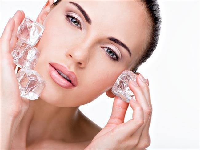 Nemlendiricili Buz Maskesi: Cilt tipinize uygun, günlük olarak kullandığınız nemlendirici kremi yüzünüze ve boynunuza her zamankinden biraz daha fazla sürün. Ardından buzu kremli cildinizde yavaş yavaş gezdirin. Buz, tamamen eriyene kadar gezdirmeye devam edilmeli. Ardından kremi yüzünüzden arındırmak için ılık su ile cildinizi yıkayın.