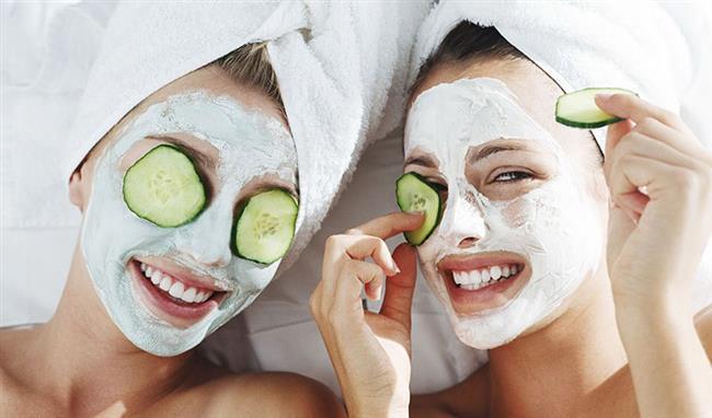 Salatalıklı Buz Maskesi:2 adet salatalığı püre kıvamına getirip 1 fincan limon suyu ile karıştırın. Hazırladığınız karışımı buz kalıplarında dondurduktan sonra dairesel hareketlerle cildinizde gezdirin. Bu maske ile çok kısa sürede ışıltılı bir cilde sahip olmanız mümkün.