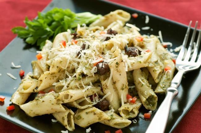 Makarna diyetinde kilo vermeyi mümkün hale getirmek için, yenen diğer besinlere de dikkat edilirken, tüketilen makarnanın yağsız ve kalorili soslardan yapılmamış olmasına dikkat etmek gerekir. Bu konuda makarnanın diyet listesi içinde yer almasından dolayı, istenilen şekilde yeneceği algısı oluşturabilir. Bu nedenle diyet listesinde verilen önerilere dikkat edilmeli ve ton balığı, domates soslu ve sebzeli makarna seçenekleri değerlendirilmelidir.