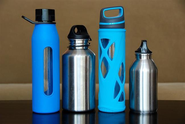 Plastikleri Hayatımızdan Nasıl Çıkartabiliriz?  Örneğin içmek için aldığımız sular çeşme sularına göre daha aşındırıcıdır, bu nedenle güvenilir markaları tercih etmeliyiz. Cam sağlıktır, sularımızı cam sürahilere koymalı, cam saklama kapları kullanmalı, cam bardaklarda su ya da çay içmeli, bebeklerimize cam biberon almalıyız. Market alışverişlerinde cam saklama kaplarında bulunan ürünleri tercih etmeliyiz. Özellikle plastiklerin sıcakla temasından kaçınmalıyız. Aile büyüklerinin hikayelerini dinleyip onlardan tavsiyeler almalıyız. Onların gıda saklama koşulları şüphesiz bizimkilerden çok daha sağlıklıydı.