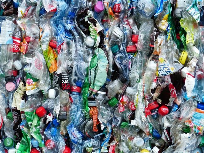 Varlıkları hayatımızı kolaylaştıran plastikler işlevsel, hijyenik, hafif, dayanıklı ve ucuz olması nedeniyle hayatımızda çok önemli bir yer kaplıyorlar. Fakat hayatımızın her alanına soktuğumuz plastikler, naylon poşetler dünyamız ve bizim hayatımızı tehdit ediyorlar.