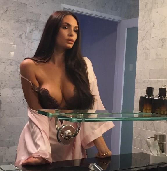 Bir süredir seksi pozlarına ara veren genç model, yatak paylaşımı ile yine dikkatleri üzerine çekmeyi başardı.
