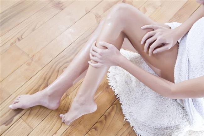 AYAK PARMAKLARINIZI GÜZELLEŞTİRİN  1. Kesin ve Törpüleyin Ayak tırnaklarınızı düz kesin.Törpülerken kenarları yuvarlamamaya özen gösterin ki batık oluşmasın. 2. Derileri yumuşatın Tüm sert deri ve nasırları ponza taşıyla yok edin. Daha sonra yumuşatıcı bir ayak peelingi ile ayağınıza güzel bir masaj yapın. 3. Nemlendirin Nemli bir bezle tırnak etlerini geriye ittikten sonra nemlendirici ve tırnak etlerinizi yumuşatacak yağlardan uygulayın. Birkaç dakika beklettikten sonra kalan fazla yağı alın. 4. Boyayın Tırnakları boyamak lazım elbette. Ama ojeden önce mutlaka cila sürün ki tırnaklarınız sararmasın. Parlak leylak tonları bu baharın gözdesi. Bizden söylemesi... Görsel İllüzyonlar Pilates dersinde kendinizi iki parçaya bölmeyi bırakın. Daha ince ve uzun görünmenin çok daha kolay yolları var.