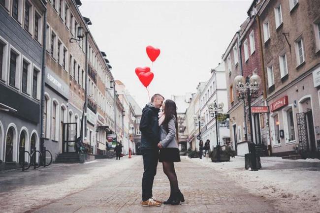 """4.ŞEHVETE BULANMIŞ AŞK, ŞEFKATE BULANMIŞ SEVGİ  """"Sevgi bir süreçtir, kimse kimseyi görür görmez sevmez. Oysa arzunun fitilini ateşlediği aşk, görür görmez olabilir. Aşk, seks, duygu ve değerlerin toplamı olan bir yatırımdır. Aşkta cinsel istek, zevkin arayışıdır ve her zaman bir ötekine odaklanır. Bu zevk arayışı, ötekinin ele geçirildiği, öteki tarafından da ele geçirilmiş olunan ve iki tarafın birbirine nüfuz ettiği duruma ulaşmaya çalışır. Şehvete bulanmış aşkta duyulan arzu ve tutkunun sonucu olarak seks vazgeçilmez bir bileşendir. Jose Ortega Gasset'in söylediği gibi 'Duygusal bir etkinlik olarak sevgi, bir yanda tüm zihinsel işlevlerden, algılama, düşünme, inceleme, anımsama, imgelemeden, öte yanda da çoğu zaman karıştırıldığı arzudan ayrılır. İnsan susadığı zaman bir bardak suyu arzu eder ama onu sevmez. Kuşkusuz arzular sevgiden doğar, ama sevginin kendisi arzu değildir.' Şefkate bulanmış sevgi cinsellik içermez. Çünkü şehveti seven seks ile şefkat ateş ile su gibidir, bir arada bulunamazlar."""