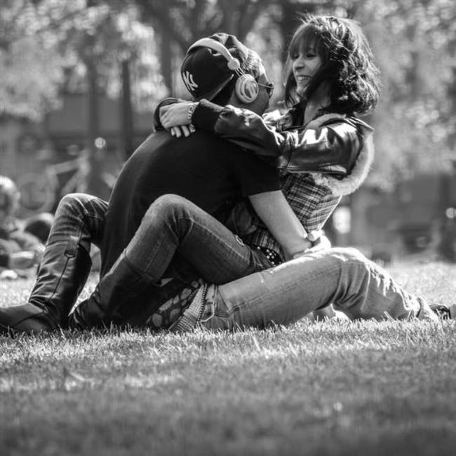 """Âşık olurken, çocuklukta oluşan ve ego sınırlarının olmadığı içsel aşk imgesinin kusursuz birlikteliğine dönüş arzusu canlanır. Aşk nesnesi ego idealinin yerini alır; yani kişi, âşık olduğu kişiyi kendisinin bir parçası yapar. İşte bu yüzden aynı anda yalnız bir kişiye âşık olabiliriz, çünkü tek içsel aşk imgesine sahibizdir. Bu özellikleriyle aşk, sevgiden çok daha şiddetli ve yoğun bir duygudur ve âşık olduğumuzda bu duygumuzu o kişiye var gücümüzle yöneltiriz. İki kişiye birden âşık olmamızın mümkün olmaması bu kadar güçlü bir duyguyu aynı anda iki ayrı kişiye yöneltecek kudrete sahip olmamızdan da kaynaklanıyor olabilir."""""""