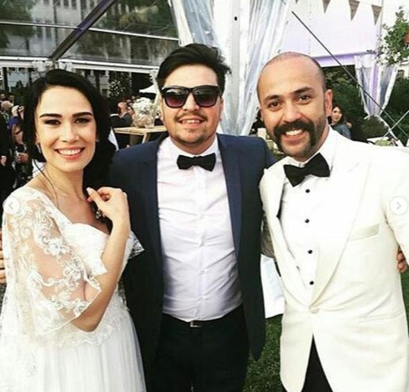 Oyuncu Sarp Akkaya Fenerbahçe'nin Olympiakos ile oynadığı Eurolig basketbol maçında evlenme teklif ettiği Sinem Yalçınkaya ile yine bir Fenerbaçe-Olimpiakos maçında evlendi.