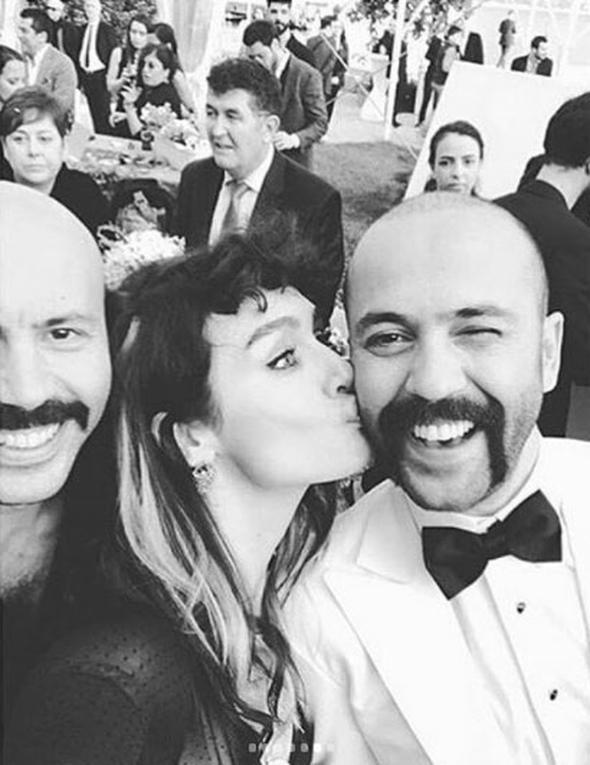 Son olarak 'Paramparça' adlı dizide rol alan Sarp Akkaya'nın eşi Sinem Yalçınkaya, O ses Türkiye yarışmasının vokal koçları arasında ve Tarık Sezer orkestrasının vokallerinden.