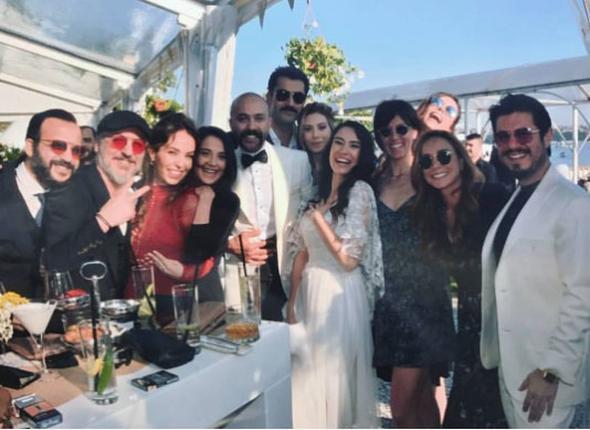 Beykoz Kundura Fabrikası'nda gerçekleşen nikah ve düğün töreni ile dünya evine giren çiftin düğününe katılan isimler arasında Kenan İmirzalıoğlu, Sinem Kobal, Acun Ilıcalı, Aslı Enver gibi tanınmış isimler vardı.